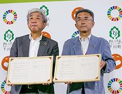 協定に調印した吉本興業の大﨑洋社長(左)と下川町の谷一之町長/写真:尾関裕士