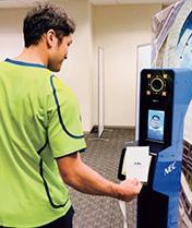 2020年東京オリンピックで採用が決まった顔認証システム(左)。大会関係者の入場時における本人確認に利用する。アルゼンチンのティグレ市で運用中の「街中監視システム」(右)。街中に設置したカメラの映像を解析して危険を検知する