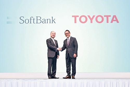 モビリティサービス事業で提携し、握手するトヨタ自動車の豊田章男社長(右)とソフトバンクグループの孫正義社長