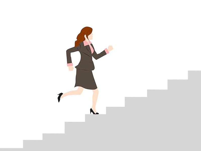夫婦二人で分担し、女性も坂道を上る