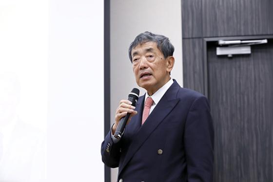 元カルビー代表取締役会長兼CEO 松本晃氏<br/>京都大学大学院修了後、1972年伊藤忠商事入社。1986年よりセンチュリーメディカルに出向。1993年より現・ジョンソン・エンド・ジョンソン日本法人に転じて、社長、最高顧問を歴任。2009年からカルビー会長 兼CEO。2018年6月よりRIZAPグループの経営に参画。2019年6月にラディクールジャパン株式会社を設立し、代表取締役会長CEOに就任。