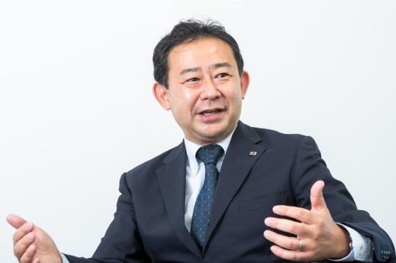 江上 茂樹(えがみ しげき)氏:1995年東京大学経済学部卒業後、三菱自動車工業入社。川崎工場の人事・労務部門に配属。2003年のトラック・バス部門分社に伴い、三菱ふそうトラック・バスへ移籍し、人事・採用・教育を担当。途中、CEOアシスタントや開発本部開発管理部長などを経て、2010年人事担当常務人事・総務本部長。独ダイムラー傘下となった同社の人事制度のグローバルスタンダードへの転換を図った。2015年11月サトーホールディングス入社、執行役員最高人財責任者(CHRO)兼北上事業所長などを歴任し、海外を含めた人事制度の最適化や北上事業所の新建屋建設を推進した。2020年12月にブリヂストンに入社し、2021年4月より人財マッチング企画・推進部門長。(写真:菊池くらげ)