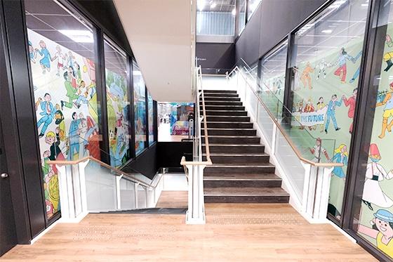 16階から28階まで各フロアを貫くように、オフィス中央部に階段を設置。非常階段やエレベーターを使わず気軽に行き来できる。(撮影:稲垣純也)