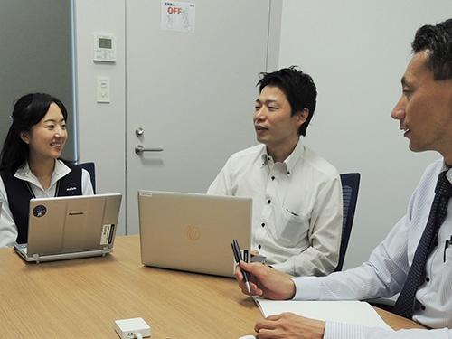 NAONAを活用したミーティングの例。NAONAのマイクセンサー(手前)は非常に小型なのでミーティング参加者もその存在を気にせずに打ち合わせできる。(出所:村田製作所)