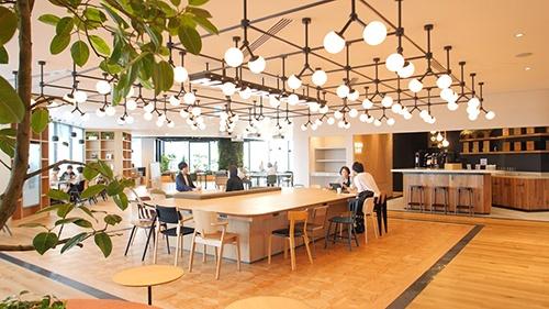 新オフィスでは在籍人数の最大50%まで執務席を削減。従業員の位置情報を把握するスマートオフィスアプリを活用し、オフィス内の行動傾向や会議室の利用頻度などを可視化。蓄積したデータを分析し、効率的にスペースを活用したワークプレイス提案に取り組む(出所:東急不動産、2019年撮影)