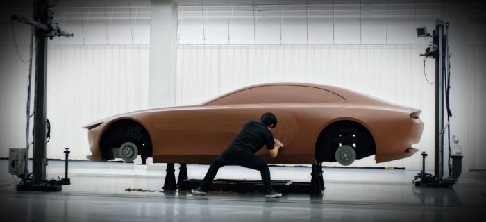 クレイモデル(デザイン検討用に粘土で制作するモデル)を制作する作業