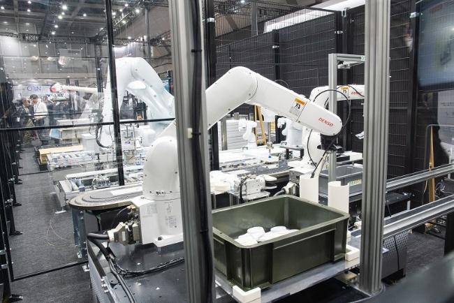 図10 ファームウエアとして提供するデンソーウェーブのロボット・コントローラー「RC9」