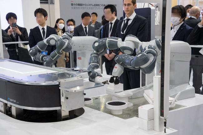 図11 ロボットを使ったマスカスタマイゼーションのデモ