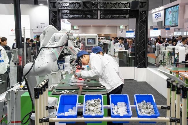 図1 三菱電機が展示した協働ロボット「MELFA ASSISTA」