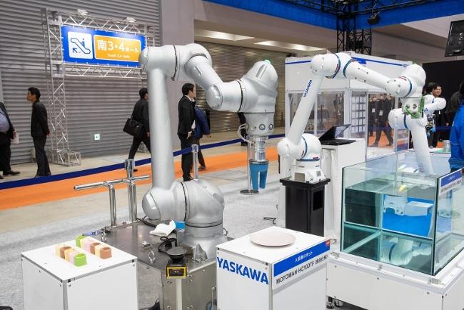 図3 安川電機が展示した食品工場向け協働ロボット