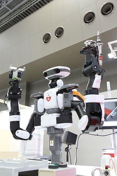 カワダロボティクスが開発しTHKインテックスが販売などを担う双腕型ロボット「NEXTAGE」