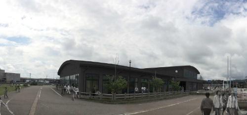魚々座の外観(写真:鈴木宏亮/す ず き)