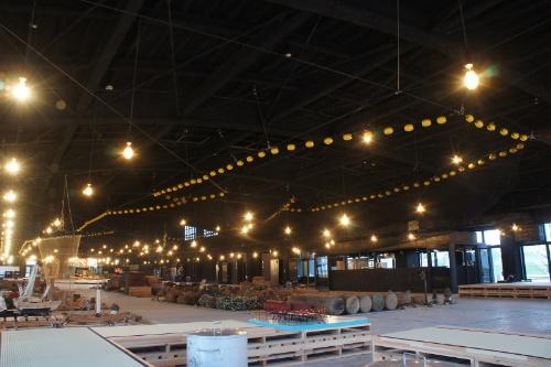 館内。天井から吊った全長70mの越中式定置網と集魚灯による迫力ある展示空間が出来上がった(写真:鈴木宏亮/す ず き)