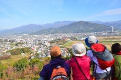 市の西側、葉山コースの頂上にある葉山神社から見た上山市の全景。蔵王を背にした盆地であることが、温泉と坂に恵まれた土地であることが分かる(写真提供:上山市)