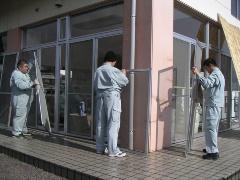"""<div class=""""clearBoth""""> </div>障害者の仕事がなかなか見つからないと言われるが、村上さんは、障害者の仕事を創り出してきた。メンテナンス会社の仕事を見て「窓ガラス清掃ならできるのではないか」と思いつき、メンテナンス会社に協力を求め技術を教えてもらい、メンテナンス事業も開始した(左)。大型のリサイクル工場は5福祉法人それぞれの得意分野を生かして協働している(右)(写真:大槻 純一)"""