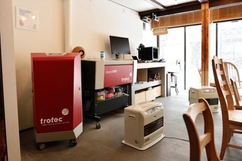 江戸時代から続く酒蔵などをリノベーションしたデジタルものづくりカフェ「FabCafe Hida」は2016年4月にオープン。レーザーカッターやカッティングマシン、3DプリンターやUVプリンターなどの最新のものづくりの設備を備えたカフェだ。厳選されたコーヒーとこだわりのフードを提供する(撮影:大槻純一)
