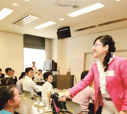 まちづくりにも積極的。(上)小倉駅近くの商店街「魚町銀天街」では車椅子での買い物を体験するイベントを開催。(下)「女性力学び場 地域力みんなの幸せ」と題したイベント。「僕がわたしが市長になったら」をテーマに若い世代がプレゼン(写真:大槻純一)