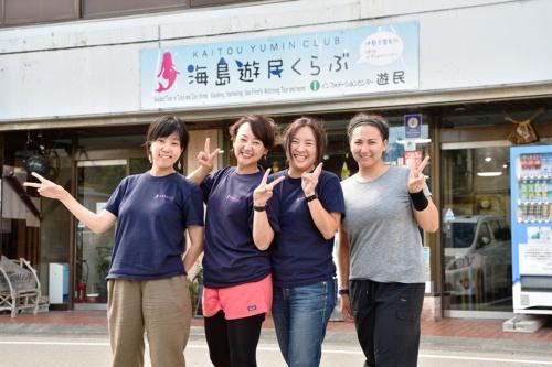 元宝石店を海島遊民くらぶの事務局に活用している。小さな子どを連れて働くスタッフもいる。右は米国からのインターン生。有限会社オズの従業員は4人。売り上げは2016年度で3200万円(写真:大槻純一)