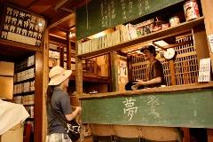 昭和30年代に作られた集合住宅を「三軒家アパートメント」として再生。カフェや中古レコード店などが入り、サブカルチャーの発信地になっている(写真:大槻純一)