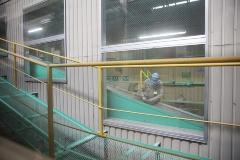 産廃処理のプラントは重機類を屋内に納めた環境に配慮した屋内型。独自の技術開発で業界屈指の「減量化・再資源化率95%」を達成する。見学用通路を設置して工場見学も開始した。プラントの壁には三富今昔村のイラストが(写真:4点とも鈴木愛子)