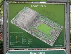 公園配置図。左が図書館。中央の芝生広場は、冬季にアイススケートリンクになる(写真:植田直樹)