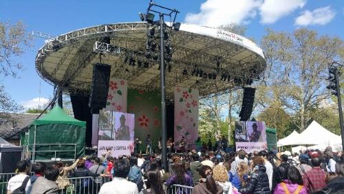 マンハッタンのセントラルパークで毎年5月に行われるジャパン・デー(Japan Day)イベント。例年5万~6万人が訪れ、NY市で日本の文化を広げるため、日本伝統の紹介や、日本食の屋外マルシェ、マラソンなどの催し物が終日行われる。単発的に、こういった文化活動の斡旋にも公園が使われる(写真:島田智里)