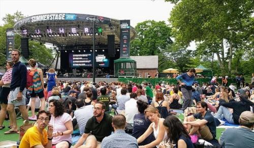 セントラルパークで、夏の間毎日のように開催される屋外コンサートの様子。コンサート、ダンス、オペラ、劇など目白押しのイベントの多くが無料。セントラルパーク以外にも市内5区の様々な公園で定期的に開催され、毎日のイベントスケジュールは、パートナー団体であるシティ・パークス・ファウンデーション(City Parks Foundation)のサマーステージ(SummerStage)のウェブサイトで確認できる(写真:島田智里)