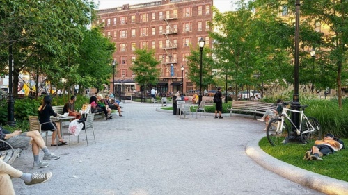 NY市が管理する都市公園の昼下がり。思い思いに人々が過ごしている(写真:島田智里)