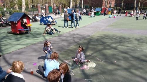 住宅街のプレイグラウンドで自由に遊び、戯れる親子の様子(写真:島田智里)