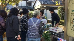 プロジェクト「ひばり日和。」では、「小さな野菜市」という名称で地域の農家と協力して野菜の直売を行った(写真:高井 譲)