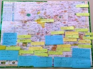 西東京市では公園配置計画を市民協働で策定した。上写真は公園の実態調査を市民主体で実施した時の様子。下写真の付箋紙がたくさん張られたボードは、市民と公園の活用について対話・懇談会を実施したときのもの。地図に公園に関する情報を付箋で書き込むよう依頼したところ、次々と貼られていった。市民が公園の現状や実態をとても良く知っていることを改めて思い知った(写真:高井譲)
