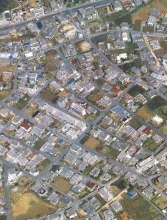 現代の沖縄の住宅地。コンクリート化が進み、台風対策としての樹木の存在がなくなった(写真:琉球新報社)