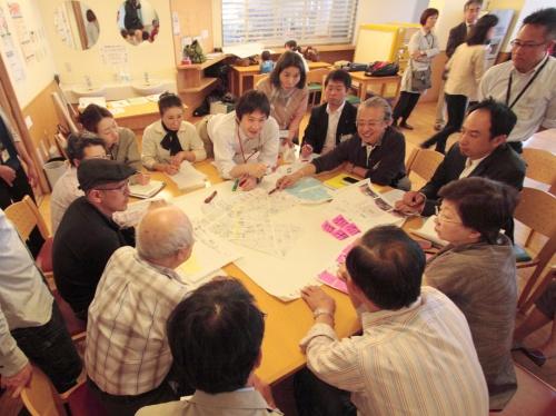 「まちなか緑化プログラム」でのワークショップの様子。参加者それぞれが「自分のやりたいこと」を出し合ううちに熱量が上がり、相互に触発し合う(写真:チームネット)
