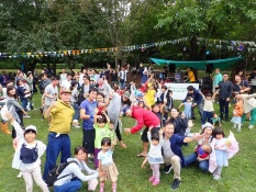S評価を得た都立武蔵国分寺公園では、パークコーディネーターが常駐し、地域連携によるイベントが次々に開催されている。写真は「Picnic Heaven」の様子。「家族や友人みんなと公園で楽しく過ごす1日」をコンセプトに、30~40代のお父さん世代が企画。DJセレクトのBGMやライブ、ストリートスポーツ体験などが行われ、1日に数千人が来場している(資料・写真:NPO birth)