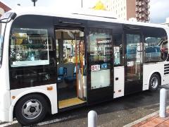 "<div class=""clearBoth""> </div>(写真2)緑ナンバーを取得した自動運転実験車両は、日野ポンチョをベースにした乗車定員36人の2ドア式小型バス(撮影:元田 光一)"