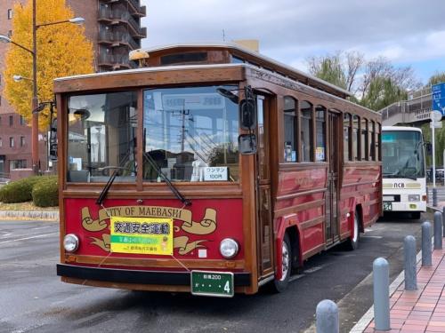 (写真3)実証実験区間を通常運行するバス(自動運転ではない従来からの路線バス)には、木製フレームが使われたレトロな車両が使われている(撮影:元田 光一)