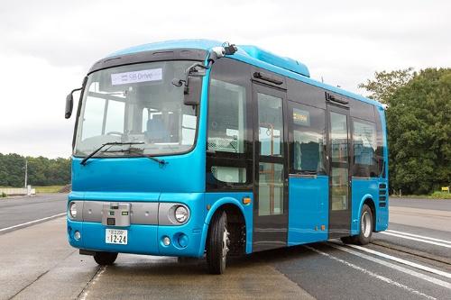 図1●SBドライブが沖縄での実証実験(後述)に使った自動運転バス。いすゞ自動車の小型バス「ポンチョ」を改造した(出所:SBドライブ)