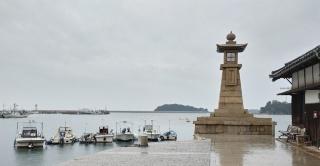 (写真1)江戸時代からの面影を残す石造りの常夜燈がある鞆の浦の港(写真撮影:元田光一)