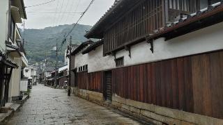 (写真2)石畳が残る鞆町の生活道路は車のすれ違いも難しいほど狭い(写真撮影:元田光一)