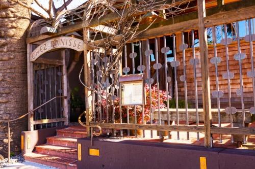 サンフランシスコ郊外のバークレー市にある「シェ・パニーズ」外観。古い民家を改装して1971年にオープンした(写真:宮原 一郎)