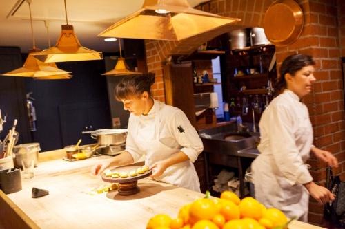 シェ・パニーズでは「隠すものは何もない」ということで調理場もオープンに(写真:宮原 一郎)