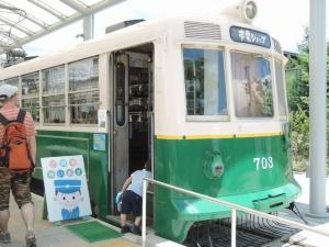 市電カフェと並んで置かれた「市電ショップ」。鉄道グッズに子供が引き寄せられていく(写真:編集部)