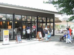 すざくゆめ広場内の「パークカフェ」。屋外のオープンカフェ空間(右奥)は民間事業者の提案で実現した(写真:編集部)