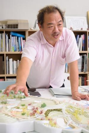 槻橋准教授。手前は公園の模型(写真:宮田 昌彦)