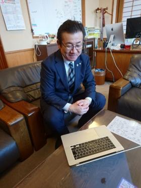 オンライン・インタビュー中の佐藤町長(写真:磐梯町)
