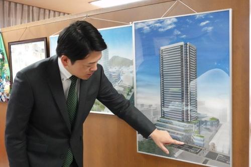 岐阜市では、市街地再開発事業を推進。高島屋南地区の再開発ビルや近くの金公園を「クアオルトの拠点として活用したい」と構想を語る柴橋市長(写真:日経BP 総合研究所)
