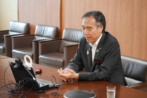 県庁舎からオンラインでインタビューにご協力いただいた、長野県知事・阿部守一氏。「コロナ禍で生き方、働き方を改めて考えた方は多いと思います。都会にすぐに戻れる距離感で、いつもと異なる仕事の場を得られるのが長野県の魅力。 ご自分にとっての第2の故郷を見つけられるかもしれません」。長野県はワーケーション普及のため、和歌山県と連携して2019年に全国組織「ワーケーション自治体協議会(WAJ)」を設立。 2021年5月現在、1道22県161市町村の自治体が加盟している (写真提供:長野県)