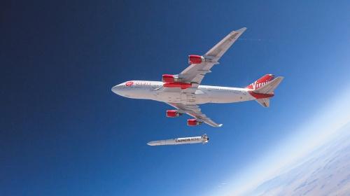 ヴァージン・オービットがロケットの搭載を想定しているジャンボジェット機「ボーイング747」。2019年7月の落下試験中に初めてロケットを空中で発射した(写真:Virgin Orbit/Greg Robinson)