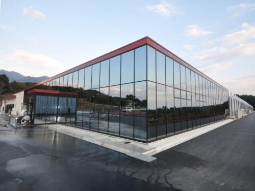 村上農園(広島市)の植物工場、山梨北杜生産センター。2011年11月に第一期が完成した。豆苗、スプラウトなどを生産する。第一期工事の総工費は約10億円。敷地面積5万6522m2、建物の面積は第一期・1万2838m2、第二期・1万5059m2と大規模な施設だ(写真:村上農園のプレスリリースより)