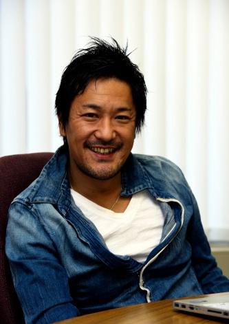 チームラボの猪子寿之(いのこ・としゆき)代表。1977年、徳島市生まれ。2001年、東京大学工学部計数工学科卒業と同時に同級生らとチームラボを設立した(写真:生田 将人)